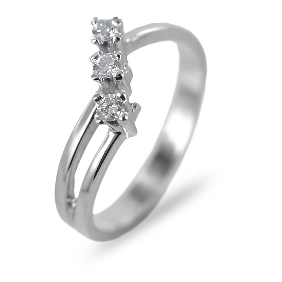 Anello Trilogy obliquo in oro e diamanti ct 0.14 G