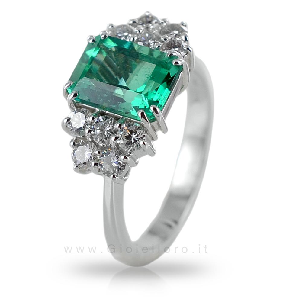 Anello con Smeraldo centrale 2.25 ct e Diamanti 0.75 G