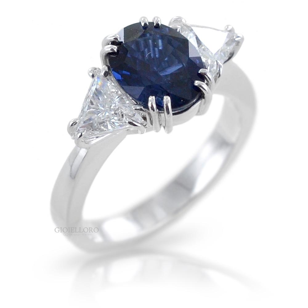 Anello con Zaffiro centrale e diamanti taglio trillion