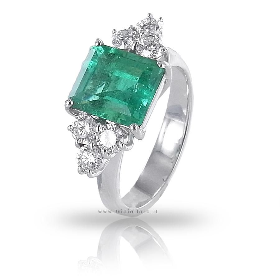 Anello fantasia con Diamanti ct 0.67 e Smeraldo centrale ct 2.31