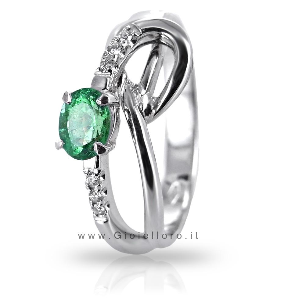 Anello in oro con diamanti e smeraldo centrale ct. 0.35