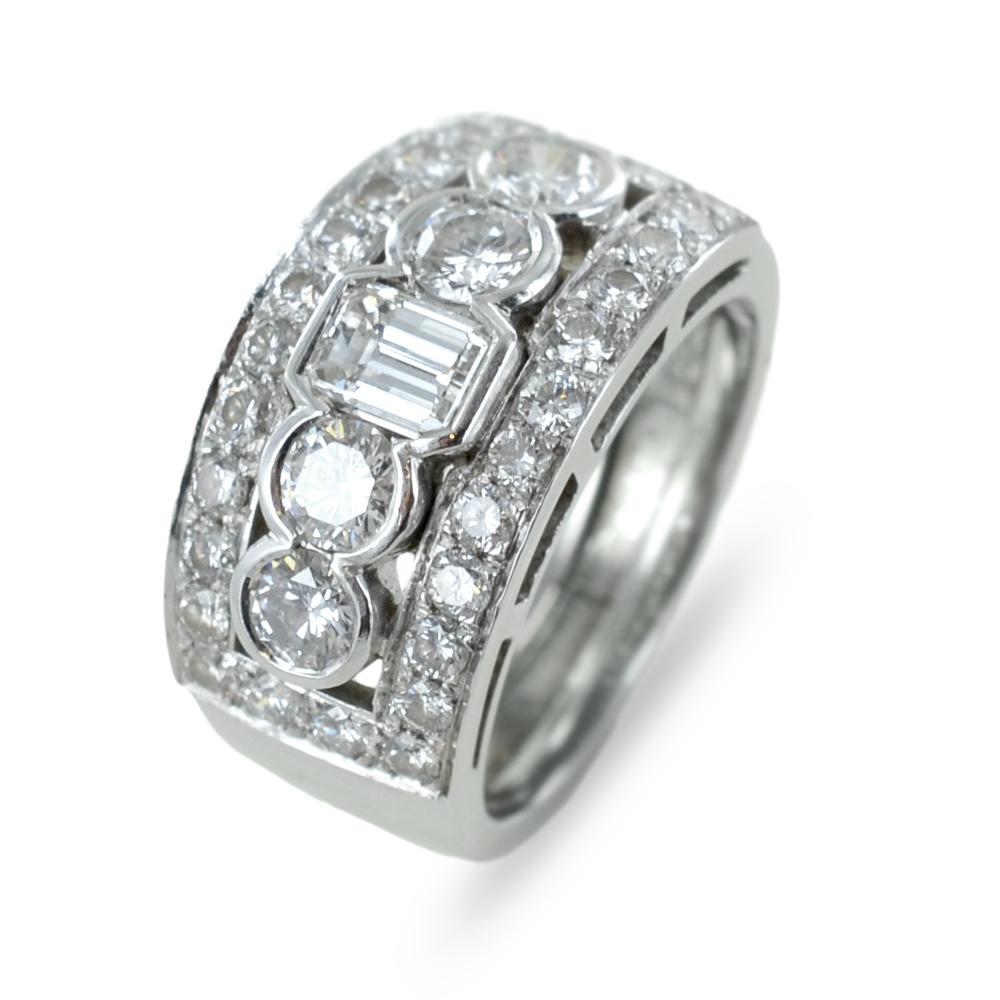 Anello a fascia in oro bianco con diamanti