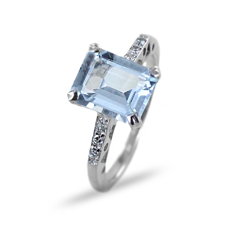 Anello Acquamarina rettangolare e diamanti sul gambo