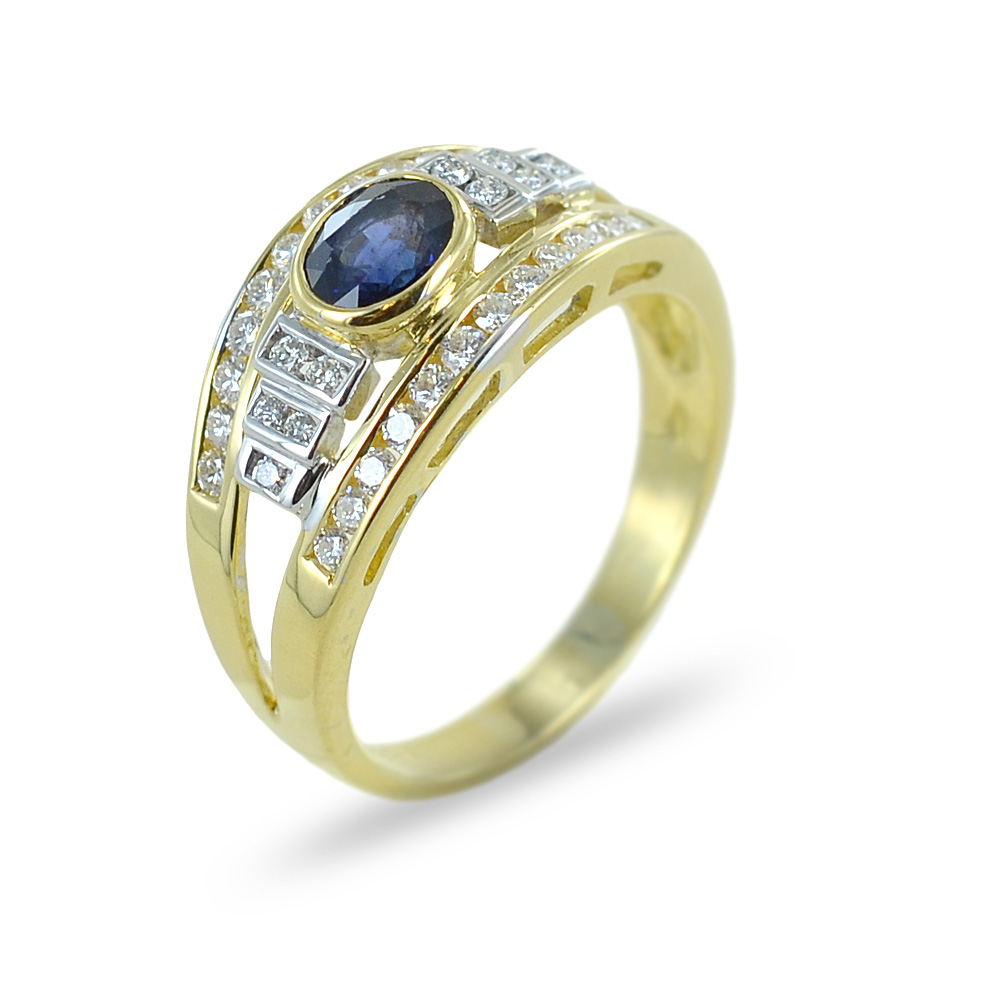 Anello classico con zaffiro e diamanti su tre fasce in oro giallo