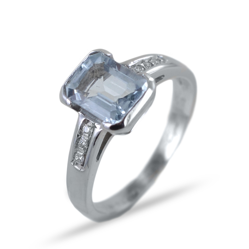 Anello con Acquamarina centrale e diamanti sui lati