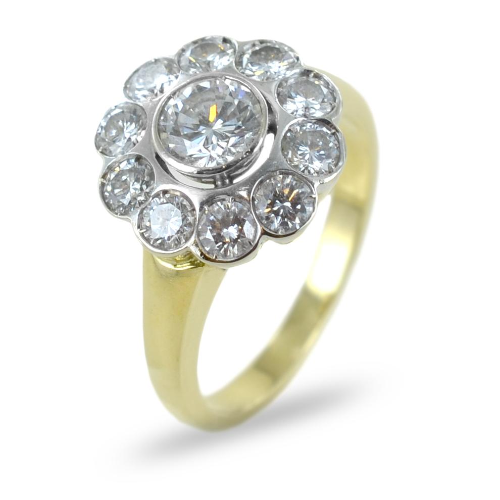 Anello in oro giallo e bianco con diamante centrale e contorno di brillanti