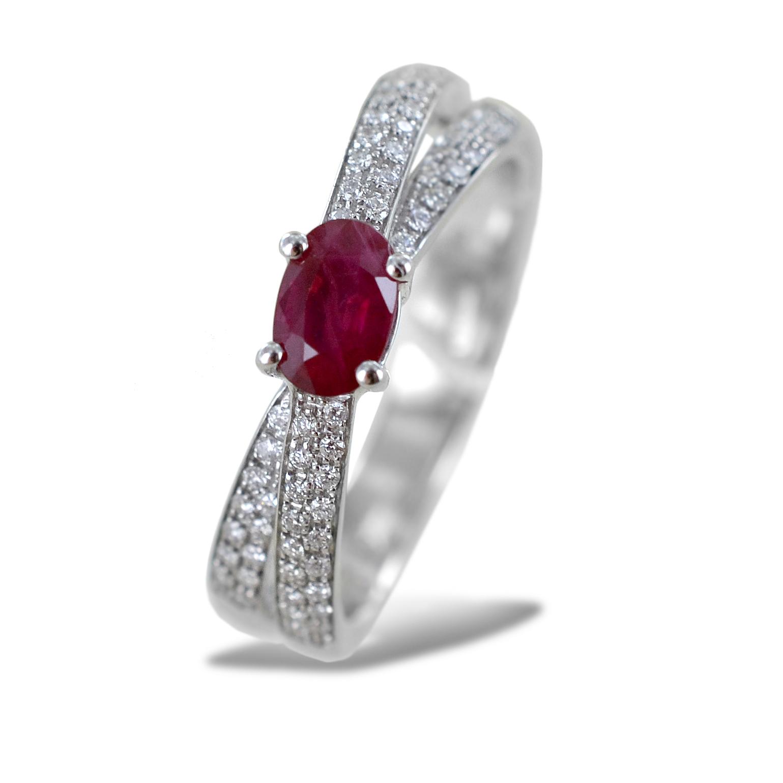 Anello con Rubino Birmania ct 0.61 e doppia fascia di diamanti sul gambo