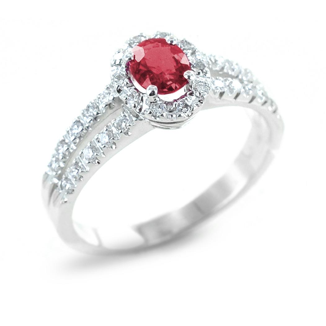 Anello con rubino e contorno di diamanti e diamanti sul gambo