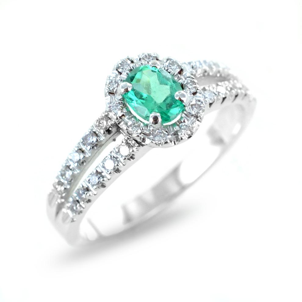 Anello con smeraldo e contorno di diamanti e diamanti sul gambo