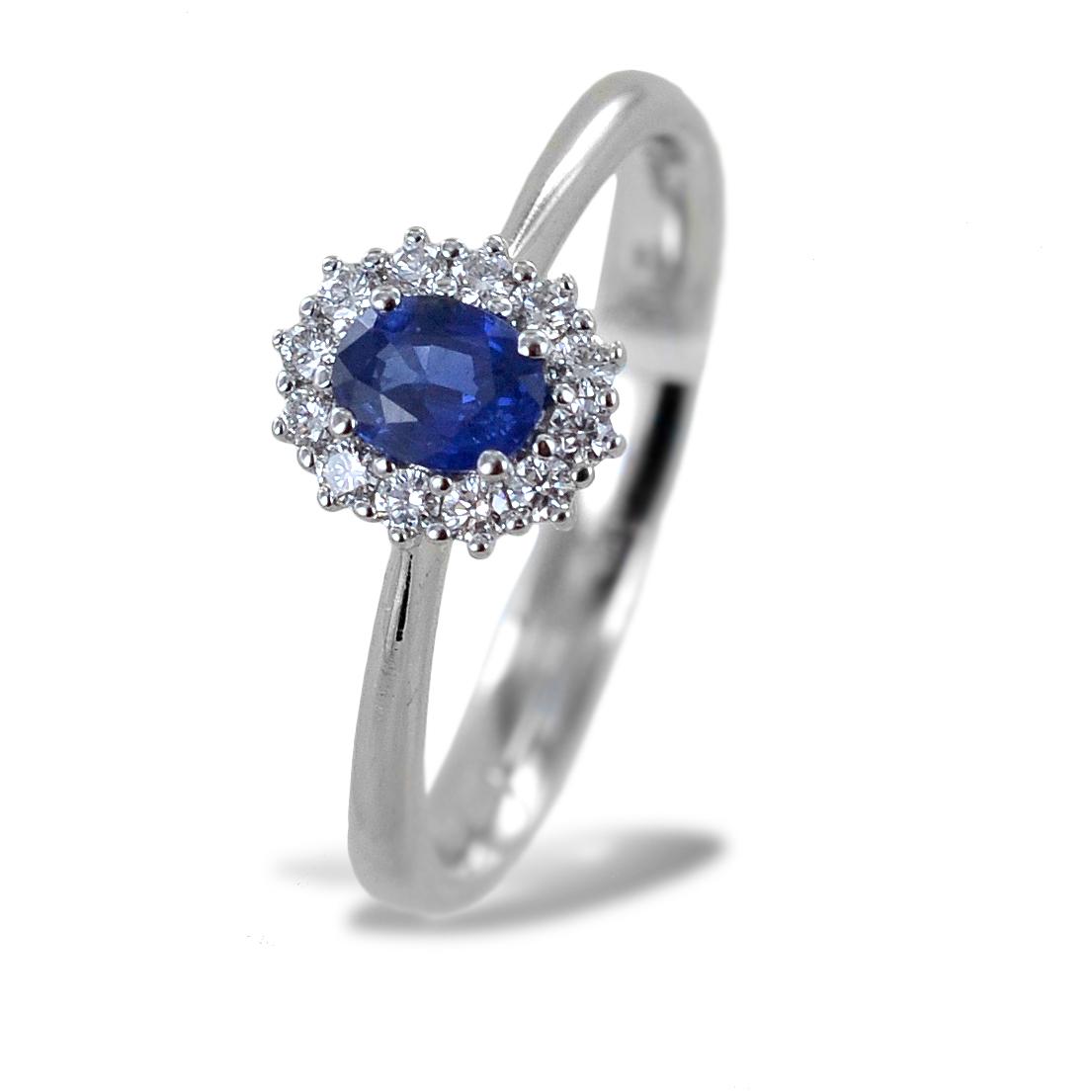 Anello con Zaffiro centrale mezzo carato e contorno di diamanti Gioielli Valenza