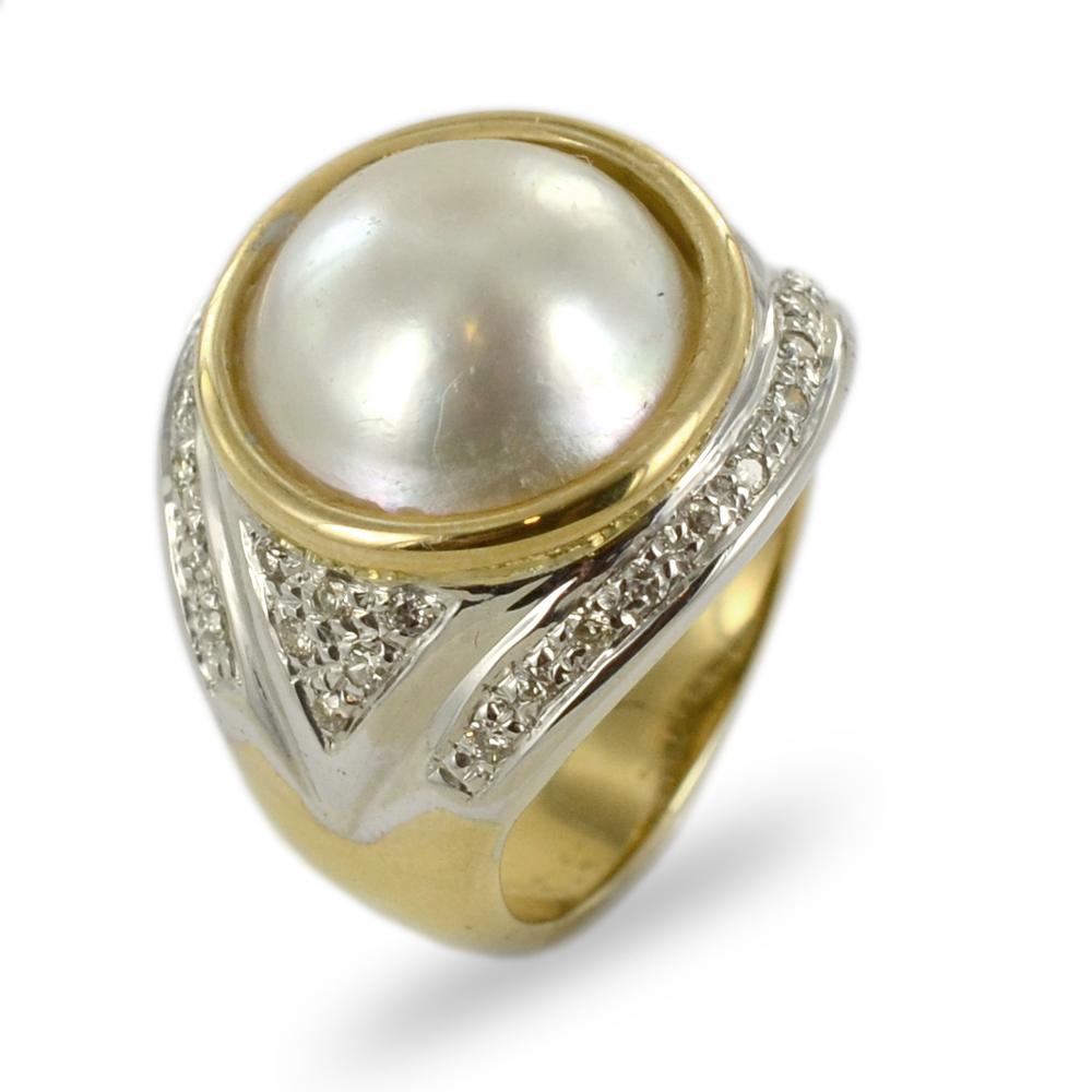 Anello in oro giallo e bianco con perla Mabe e diamanti