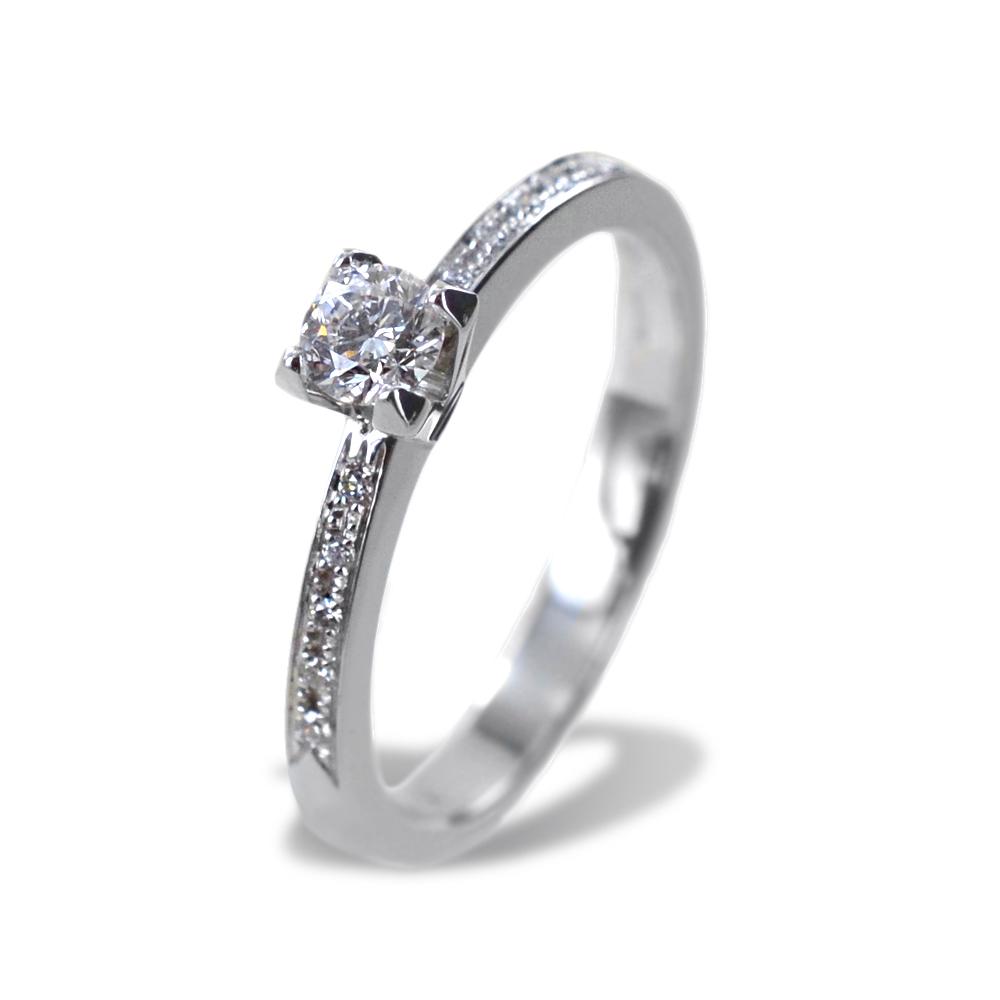 Anello Solitario con Diamante e diamanti sul gambo colore E