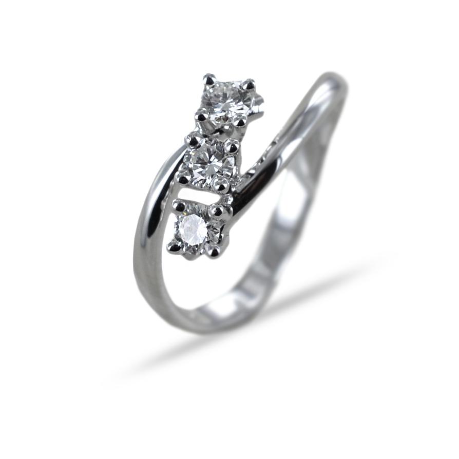 Anello Trilogy diagonale con diamanti ct 0.39 F VS Gioielli Valenza