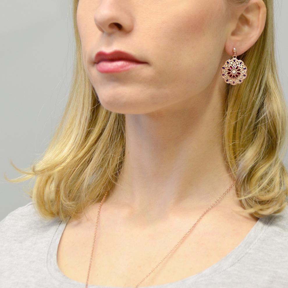 6bd14fbf3aeda7 Orecchini in argento con pendente fiore e smalti viola e rosa collezione  Notre Dame - gallery